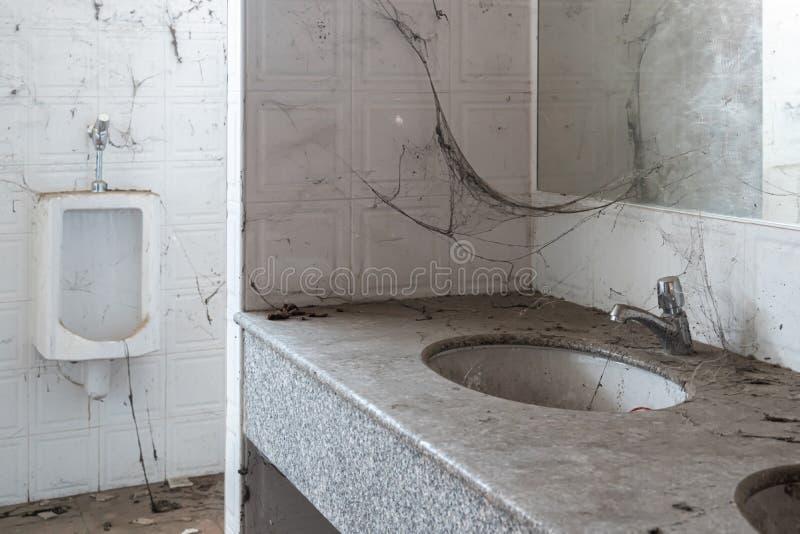 Toilette abandonn?e beaucoup de toiles d'araignée et déchets photographie stock libre de droits
