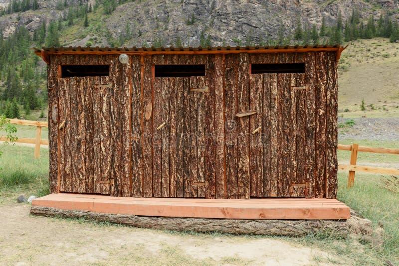 Toilette all'aperto fatta di legno nella riserva immagine stock libera da diritti