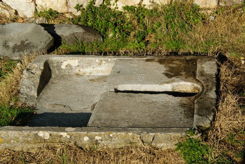 Toilette antica della pietra del privat immagine stock libera da diritti