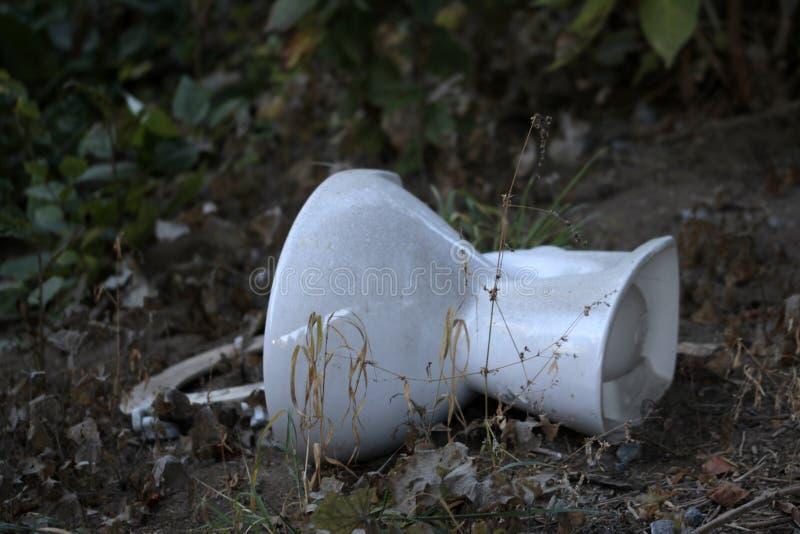 Toilette, arricciamenti ambientali sul bordo della strada fotografie stock libere da diritti