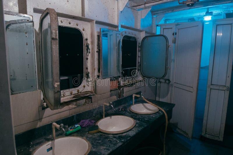 Toilette auf dem Schiffswasser, Schiff, modern, Reise, Meer, Boot, Design, Ausrüstung, Weiß, Ozean, Hintergrund, Badezimmer, saub stockfoto