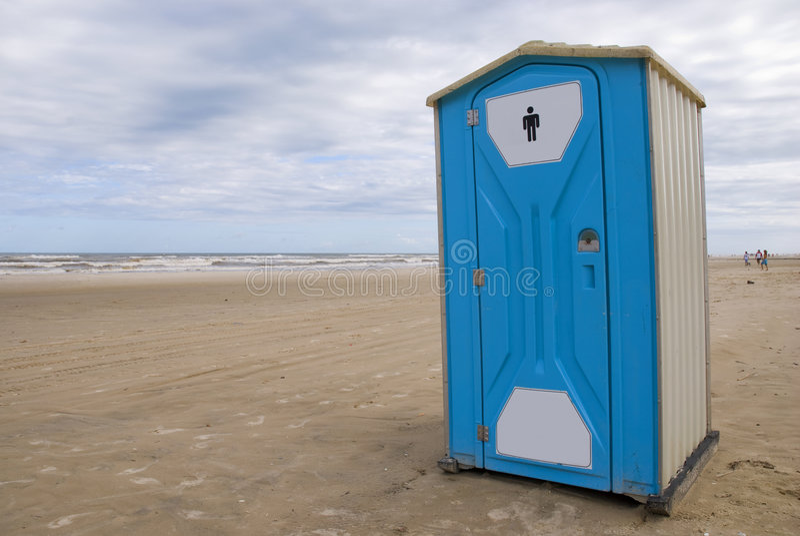 Toilette auf einem Strand lizenzfreie stockbilder