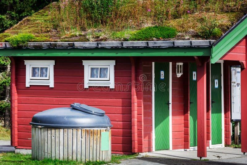 toilette con le porte bloccate nella zona rurale della Norvegia fotografie stock