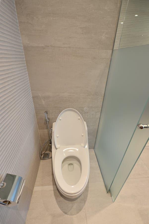 Toilette con sciacquone in una stanza moderna del bagno, interior design immagine stock