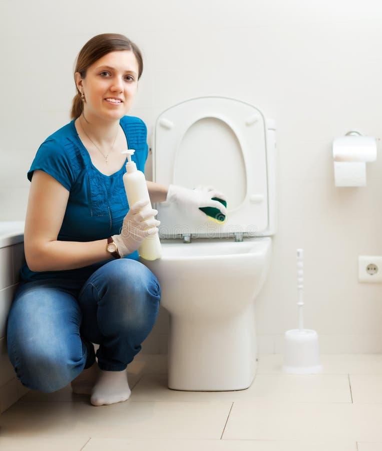 toilette de nettoyage de jeune femme dans la salle de bains image stock image du maison clat. Black Bedroom Furniture Sets. Home Design Ideas