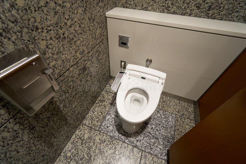 Toilette de pointe moderne avec le bidet électronique au Japon Industrie photo libre de droits