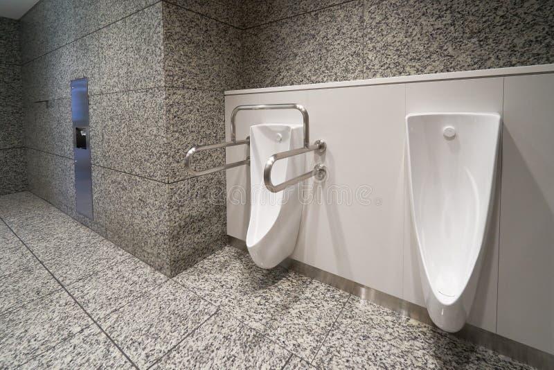 Toilette de pointe moderne avec le bidet électronique au Japon Les leaders de l'industrie ont récemment convenu sur des normes de photos libres de droits