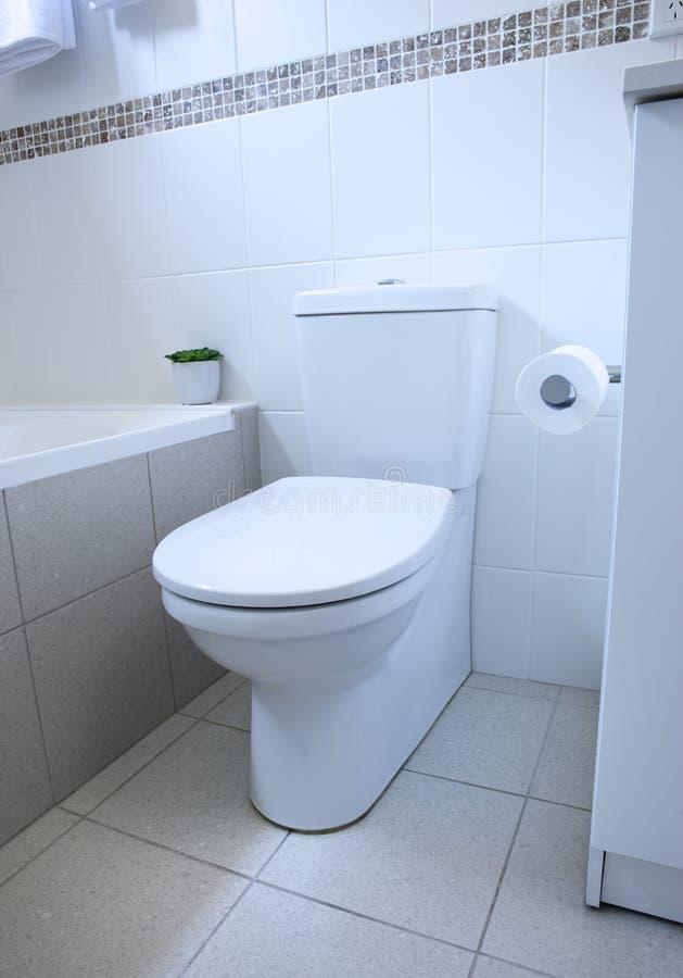 Toilette de salle de bains image stock