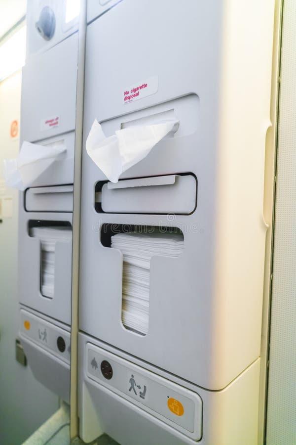 Toilette del lavabo degli aerei a bordo di un aeroplano di jet fotografie stock