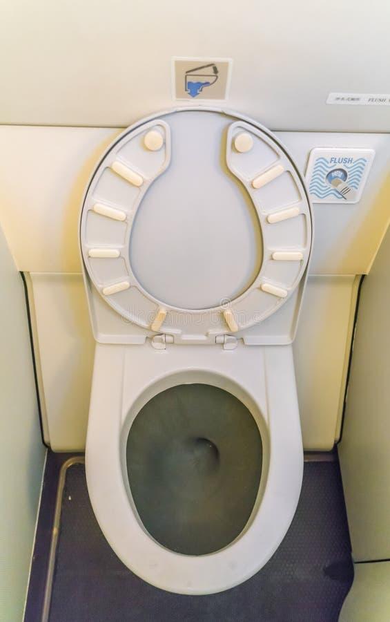 Toilette del lavabo degli aerei a bordo di un aeroplano di jet immagini stock libere da diritti