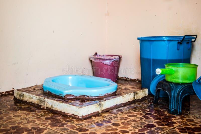 Toilette della latrina nella campagna meno igienica fotografia stock