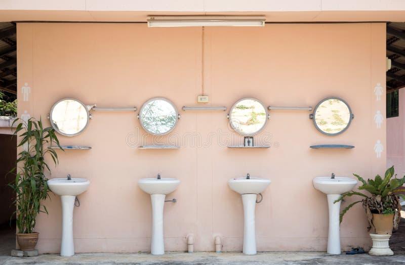 Toilette des Händewaschenbeckens öffentlich stockbild