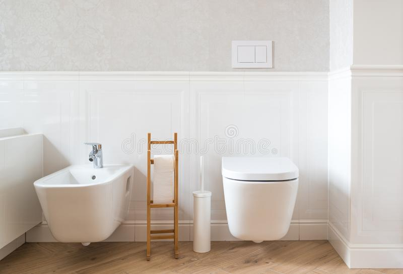 Toilette e bidet ceramici bianchi immagine stock