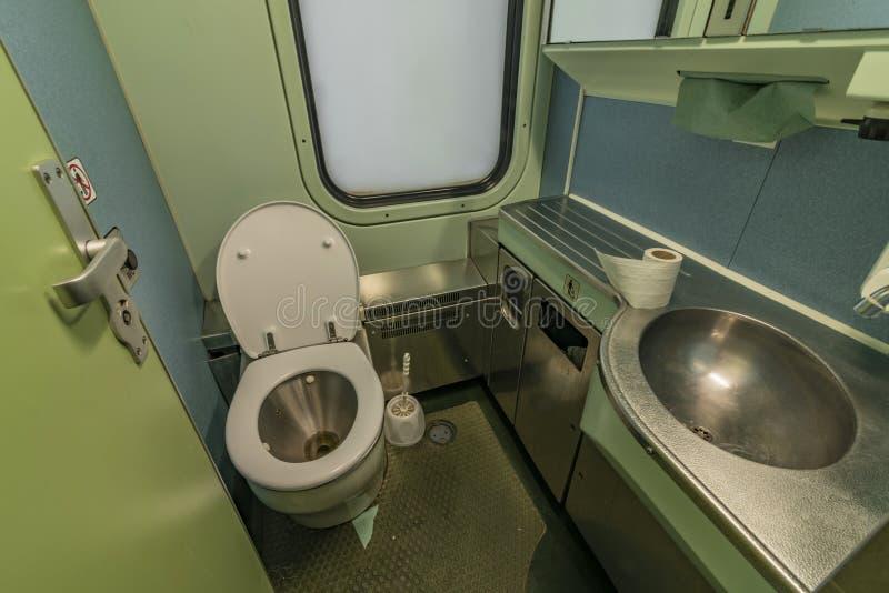 Toilette e lavabo nell'interno del treno di notte da Praga in Slovacchia fotografia stock libera da diritti