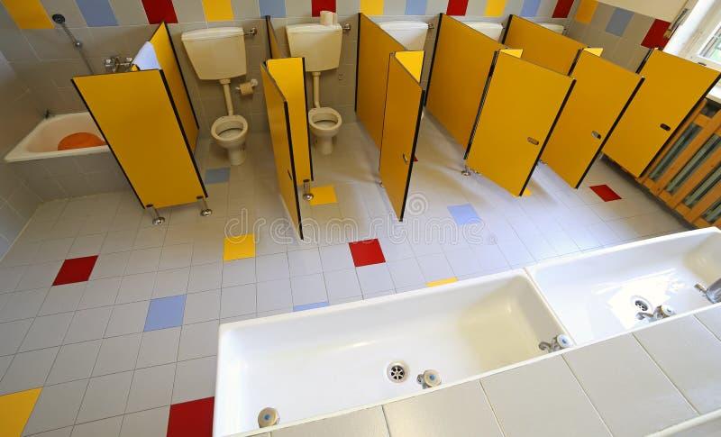 Toilette E Lavandini Ceramici Nel Bagno Dell\'asilo Fotografia Stock ...