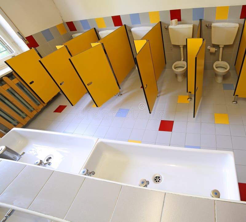 Toilette E Lavandini Nel Bagno Dell\'asilo Immagine Stock - Immagine ...