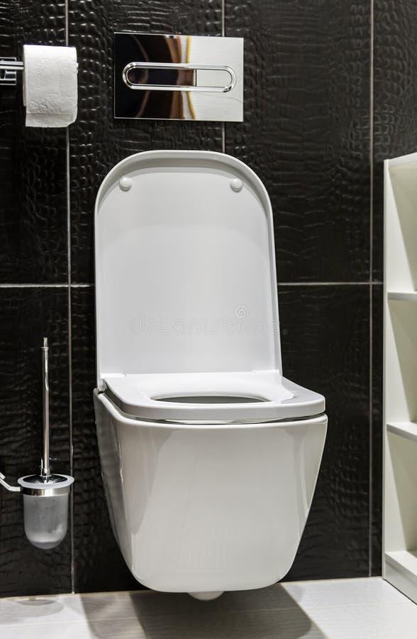 Toilette en céramique blanche avec le couvercle ouvert photos libres de droits