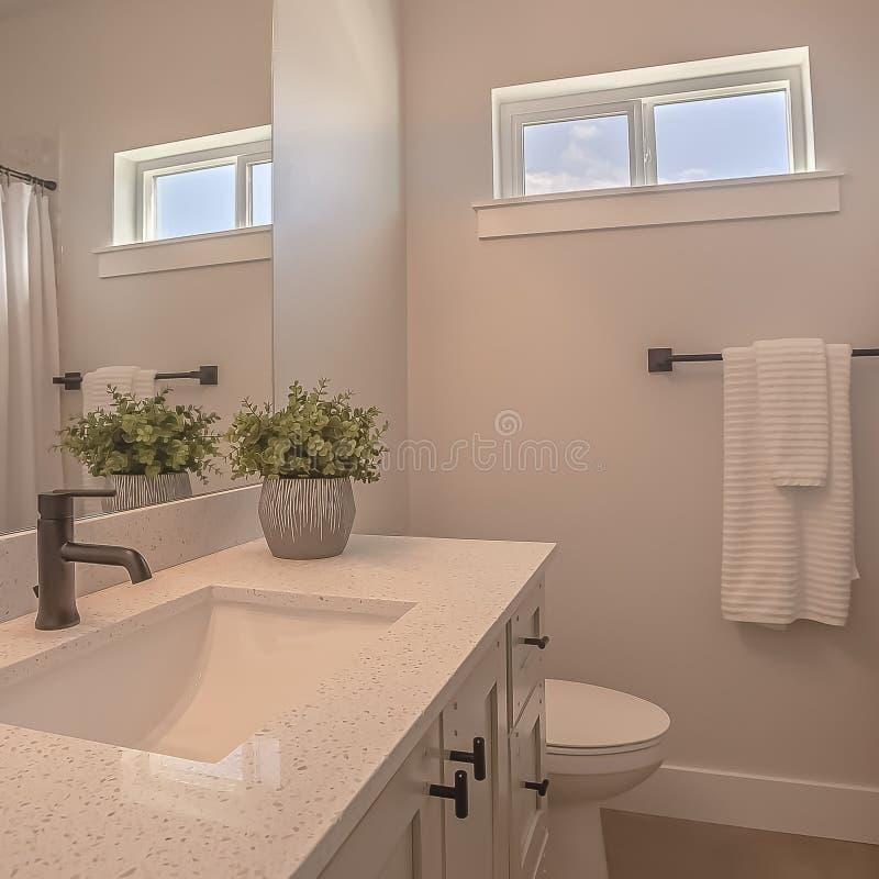 Toilette et vanité carrées avec les armoires et l'évier undermounted sur la partie supérieure du comptoir blanche photos libres de droits