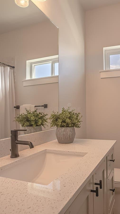 Toilette et vanité verticales de cadre avec les armoires et l'évier undermounted sur la partie supérieure du comptoir blanche photos stock