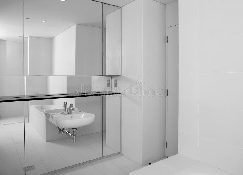 Toilette europea luminosa e pulita fotografia stock libera da diritti