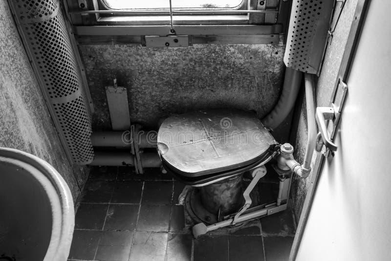 Toilette im alten Zug Details des Innenraums des Bahnautos lizenzfreie stockfotografie