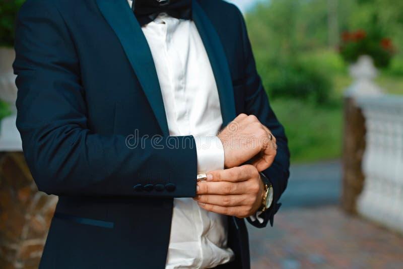 Toilette la préparation de matin, marié beau obtenant habillé et se préparant au mariage, dans le costume image libre de droits