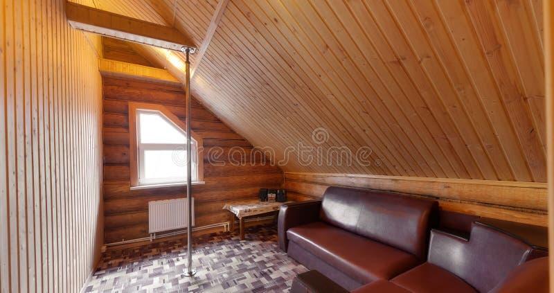 Toilette mit einem Pfosten und einem Sofa lizenzfreies stockbild