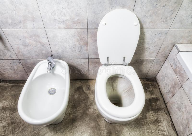 Toilette och bidé ovanför sikt royaltyfri bild