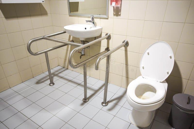 Toilette pour des personnes avec l'incapacité image stock