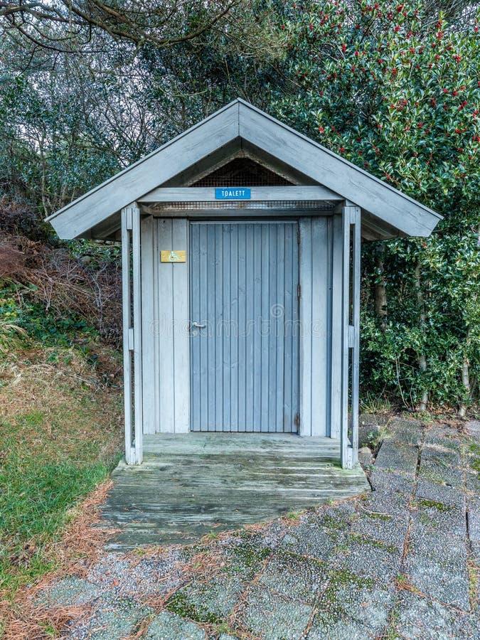 Toilette primitiva per i disabili nell'area ricreativa di Helleviga, in Norvegia del sud fotografia stock