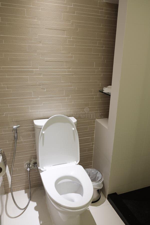 Toilette privata nella stanza moderna immagine stock libera da diritti