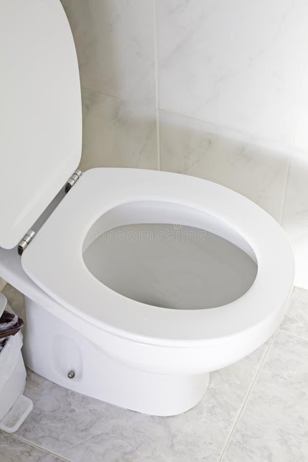 Toilette propre blanche à l'intérieur de salle de bains photos libres de droits