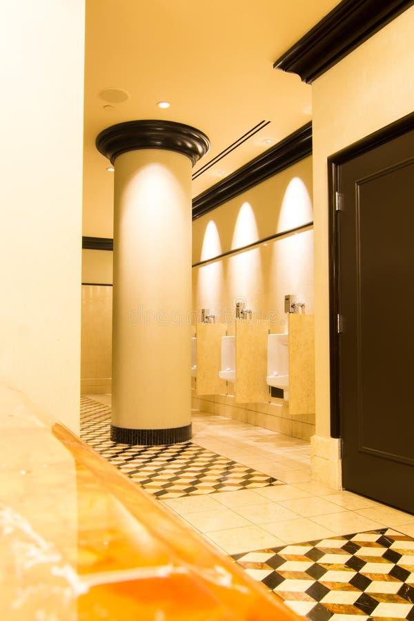 Toilette pubblica di lusso vuota in un hotel fotografia stock