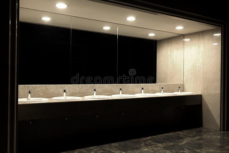 Toilette pubblica nel grandi specchio del ristorante e lotto dei portacatini immagini stock libere da diritti