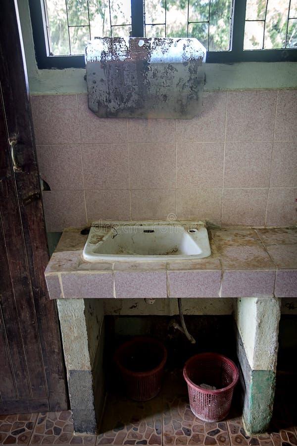 Toilette pubbliche con il lavabo fotografia stock libera da diritti