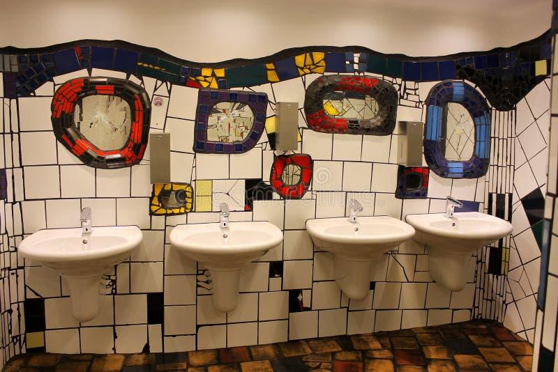 Toilette pubbliche, progettate da Hundertwasser a Vienna, l'Austria fotografie stock