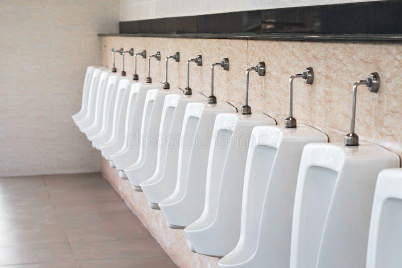 Toilette publique d'hommes blancs d'urinoirs photo stock
