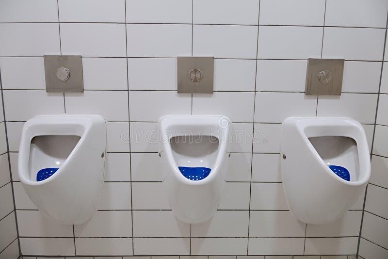 Toilette publique d'urinoirs image stock