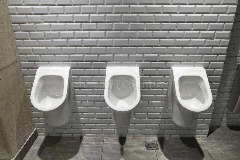 Toilette publique d'urinoirs photo stock