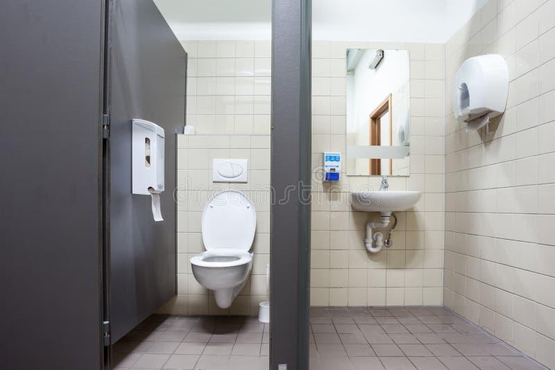 Toilette publique et évier image libre de droits