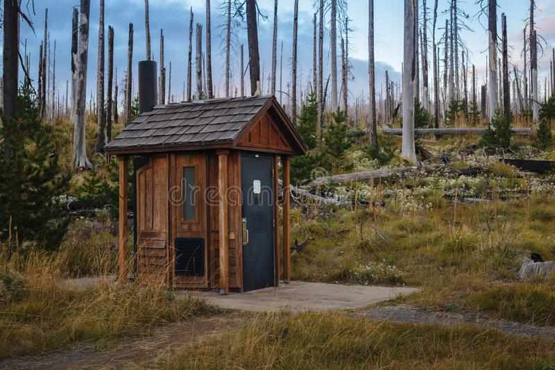 Toilette publique/toilettes en bois en parc national photographie stock libre de droits