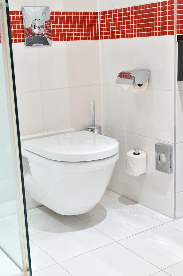 Toilette pulita bianca dentro il bagno fotografia stock - Toilette da bagno ...