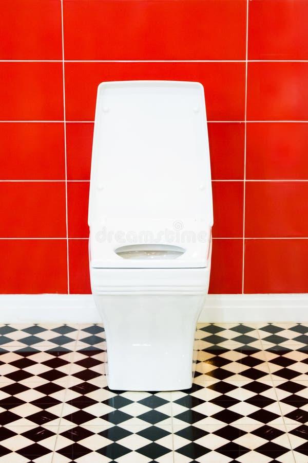 Toilette pulita bianca dentro il bagno fotografie stock