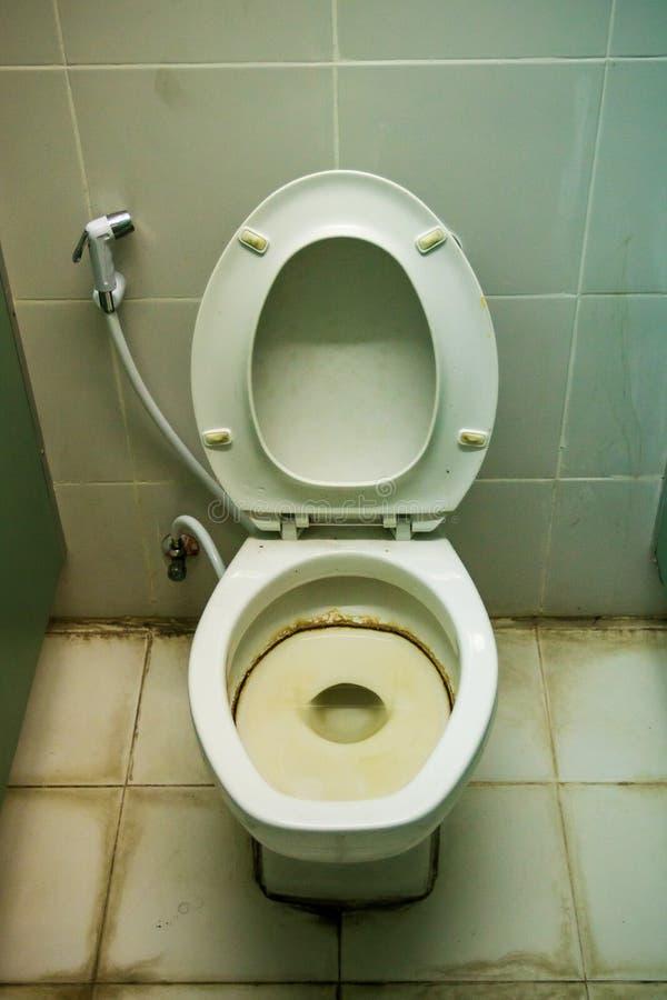 Toilette sale dans une maison Vieille cuvette des toilettes sale images libres de droits