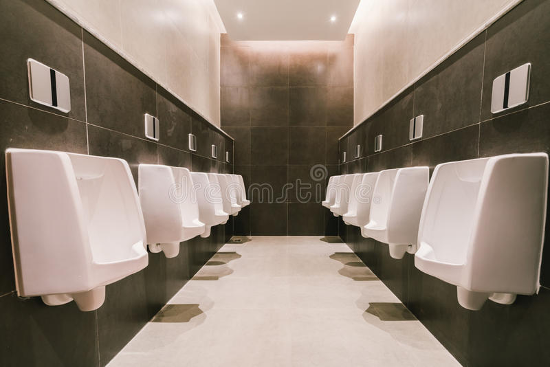 Toiletten Männer ` s in allgemeiner moderner Toilette, in der Toilette gesundheitlich oder im WC-ArchitekturKonzept des Entwurfes lizenzfreies stockbild