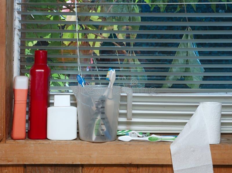 Toilettenartikel auf Fenster stockfotos
