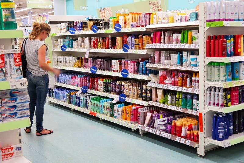 Toilettenartikel in einem Supermarkt lizenzfreie stockfotografie