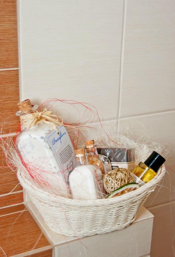 Toilettenartikel-Korb stockfoto