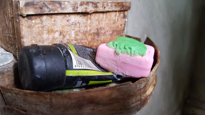 Toilettenartikel, Seife, Zahnpasta, Zahnbürsten, Shampoo stockfotos