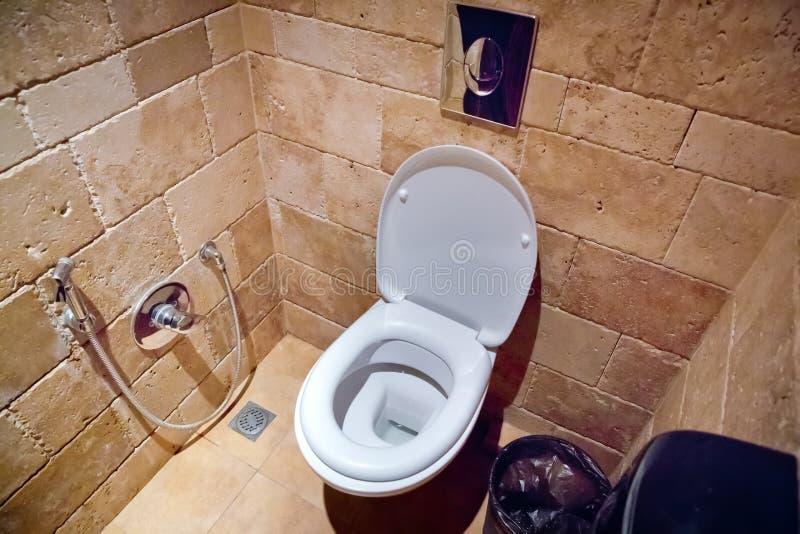 Toilettenerröten im Badezimmer Weiße Keramiktoilettenschüssel in der Toilette Spültoilettesitz in der Toilette Toilette und stockfotografie